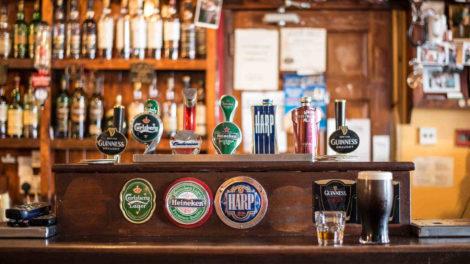 różne alkohole w barze