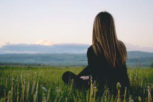 siedząca dziewczyna w naturze