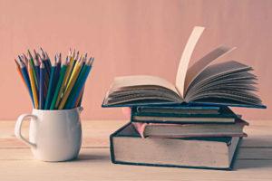 książki i kolorowe ołówki