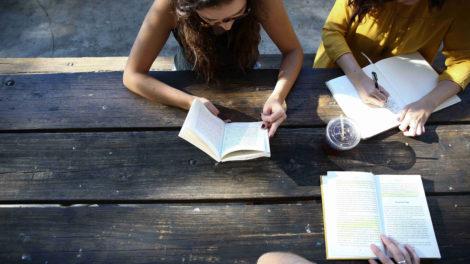 kobiety uczące się przy stole