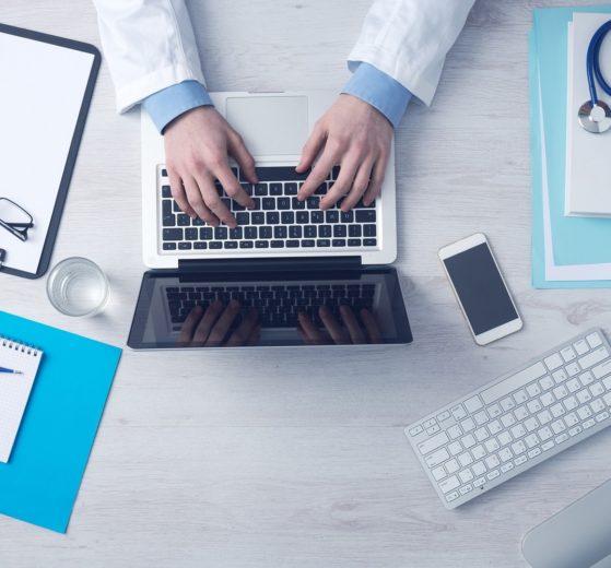biurko u lekarza